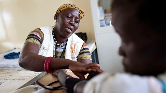 Médecin femme avec un patient