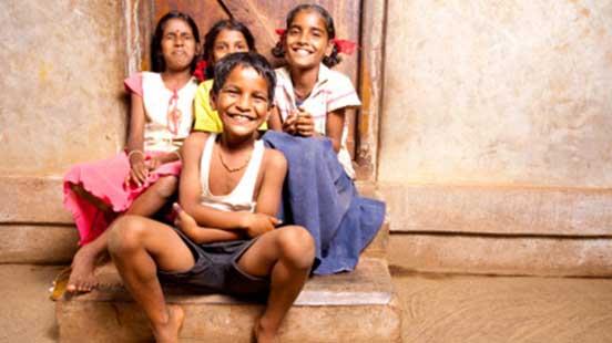 Jeunes filles souriantes à l'extérieur