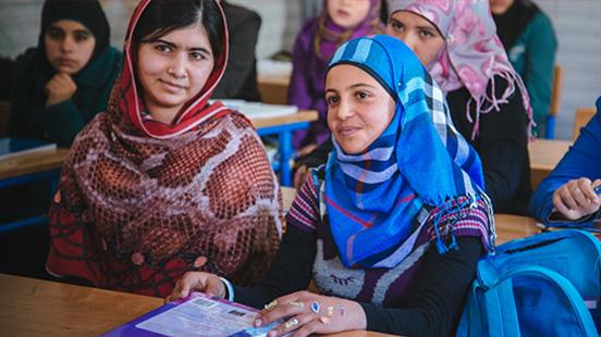 Jeunes filles dans une salle de classe