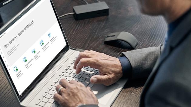 une personne prenant connaissance des avantages de protection de son ordinateur