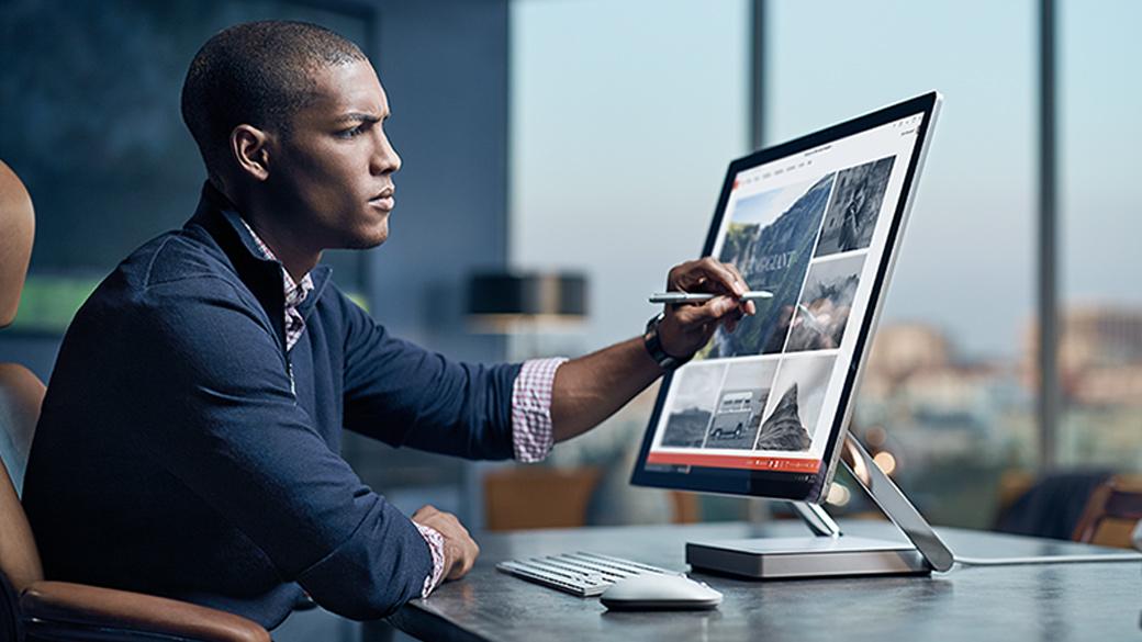Un homme qui utilise Windows Ink et PowerPoint sur un Surface Studio.