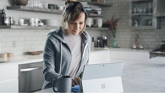 Un homme en train d'utiliser un PC Windows 10 en mode tente