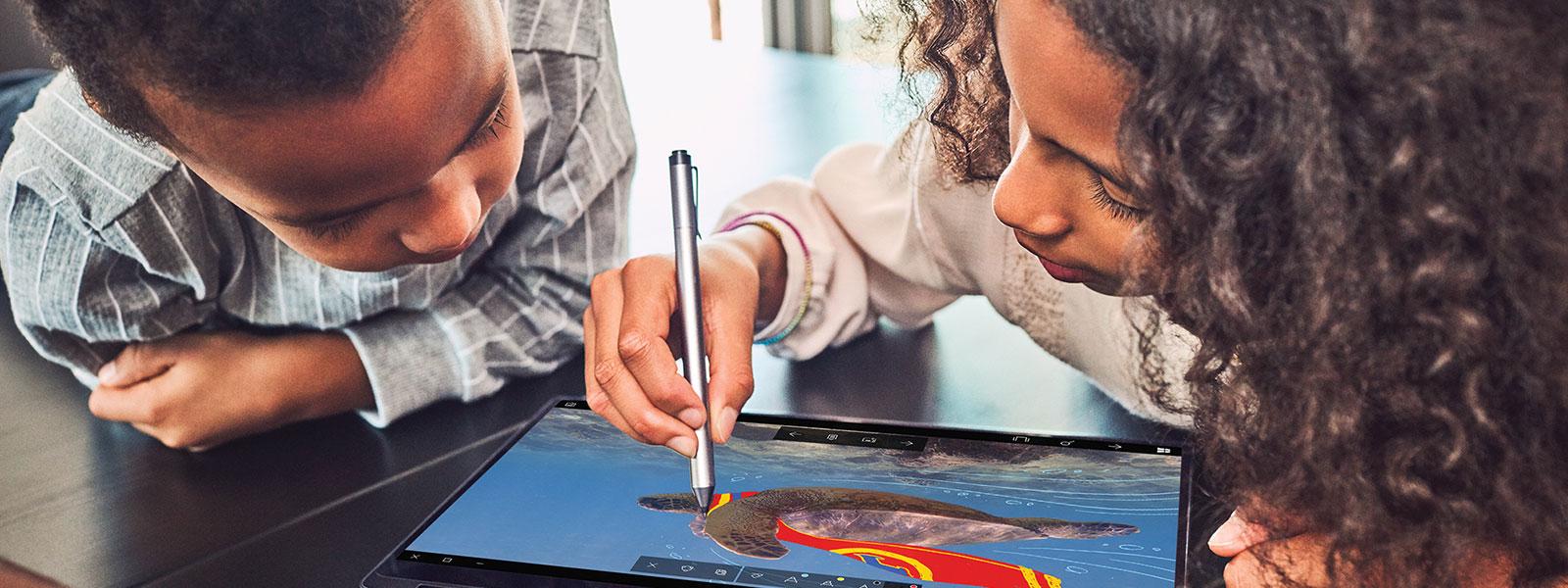Des enfants qui dessinent avec Windows ink