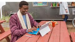 Un homme en train d'utiliser un PC Windows 10