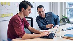 Deux hommes qui regardent un PC Windows10