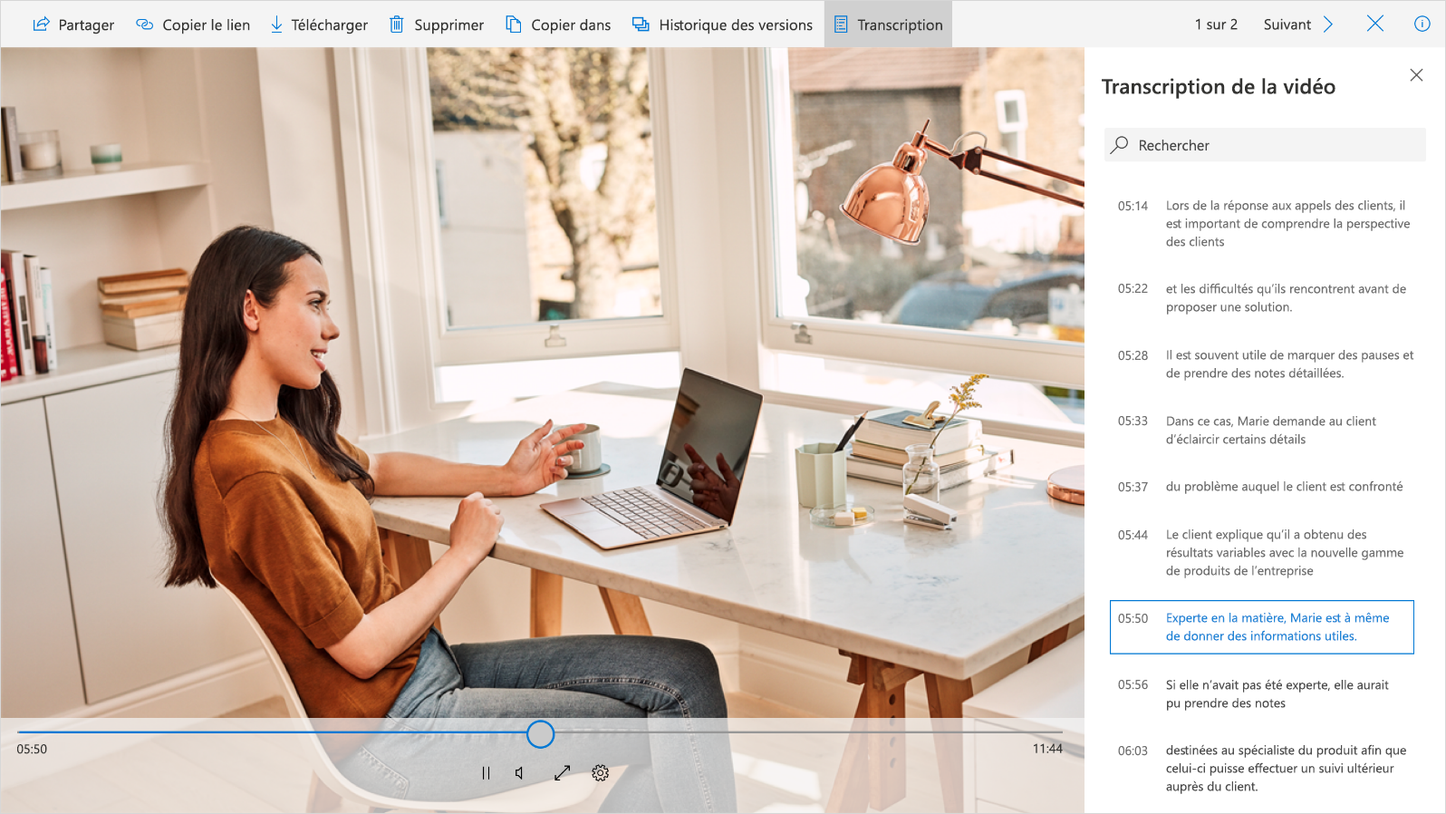 Capture d'écran montrant une vidéo et sa transcription dans la barre latérale droite.