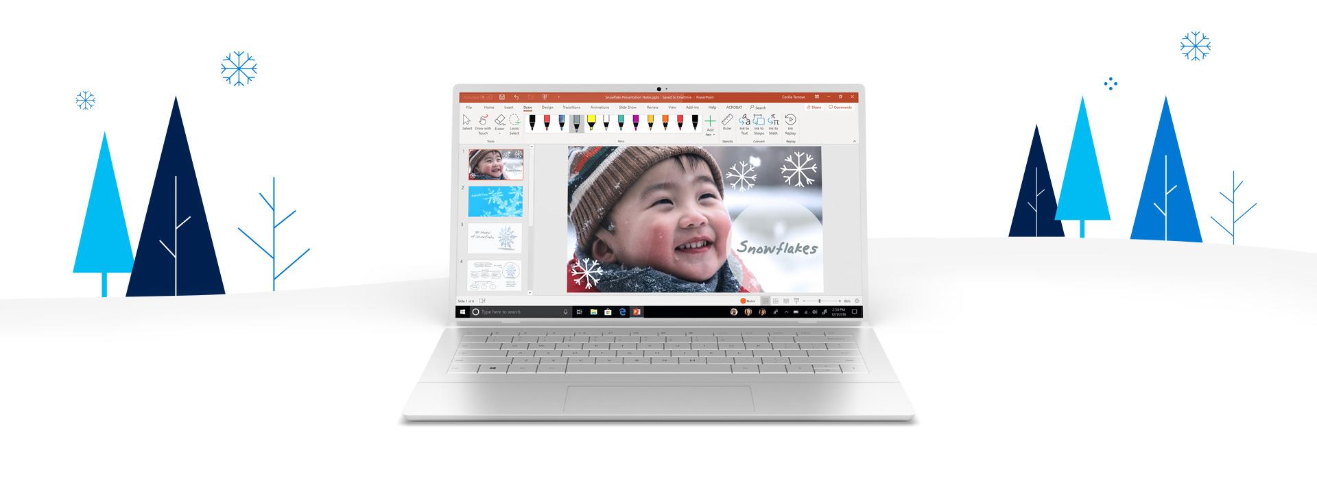 Un PC circondato da alberi e fiocchi di neve, sullo schermo un documento PowerPoint aperto