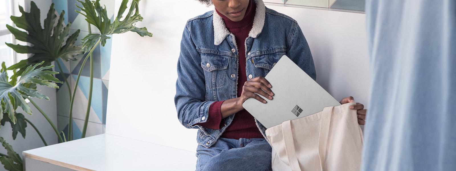 Immagine di una studentessa che inserisce Surface L nella borsa.