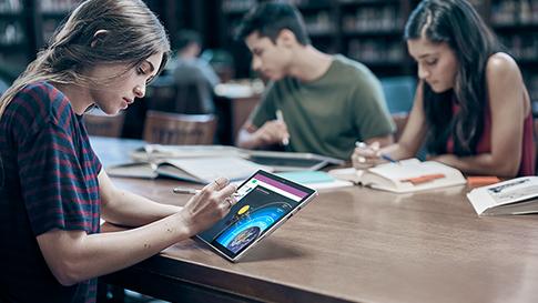 Una donna utilizza Surface in modalità tablet e disegna con la penna per Surface.