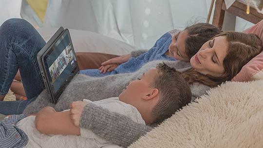 PC で映画を鑑賞する人々、Microsoft ストアで買い物する