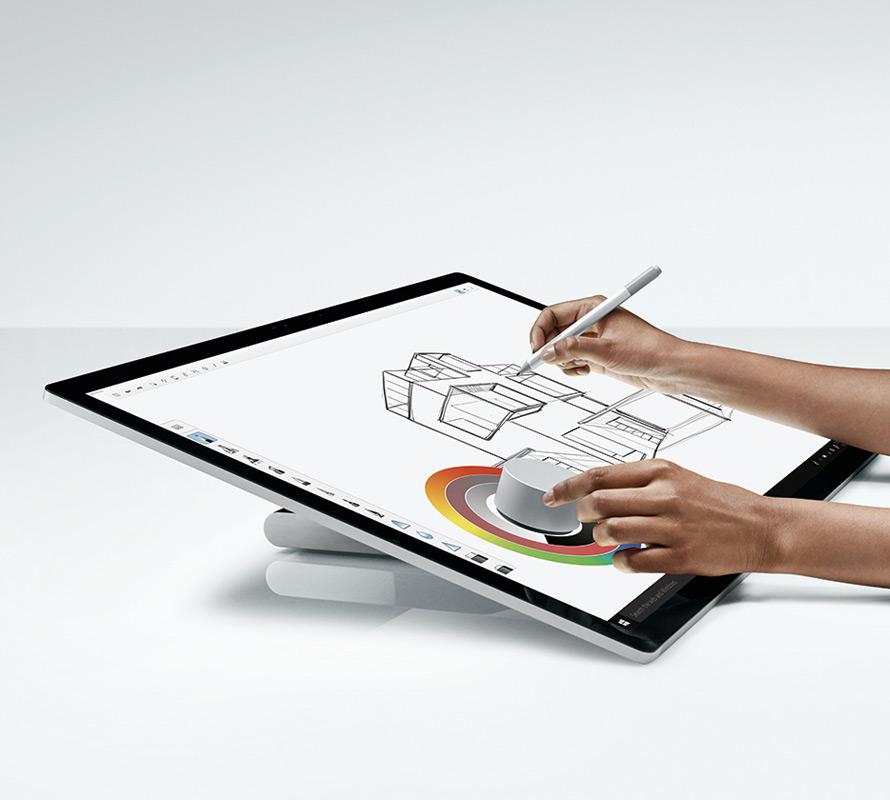 男性が Surface Studio で Surface ペン & Dial を使っている