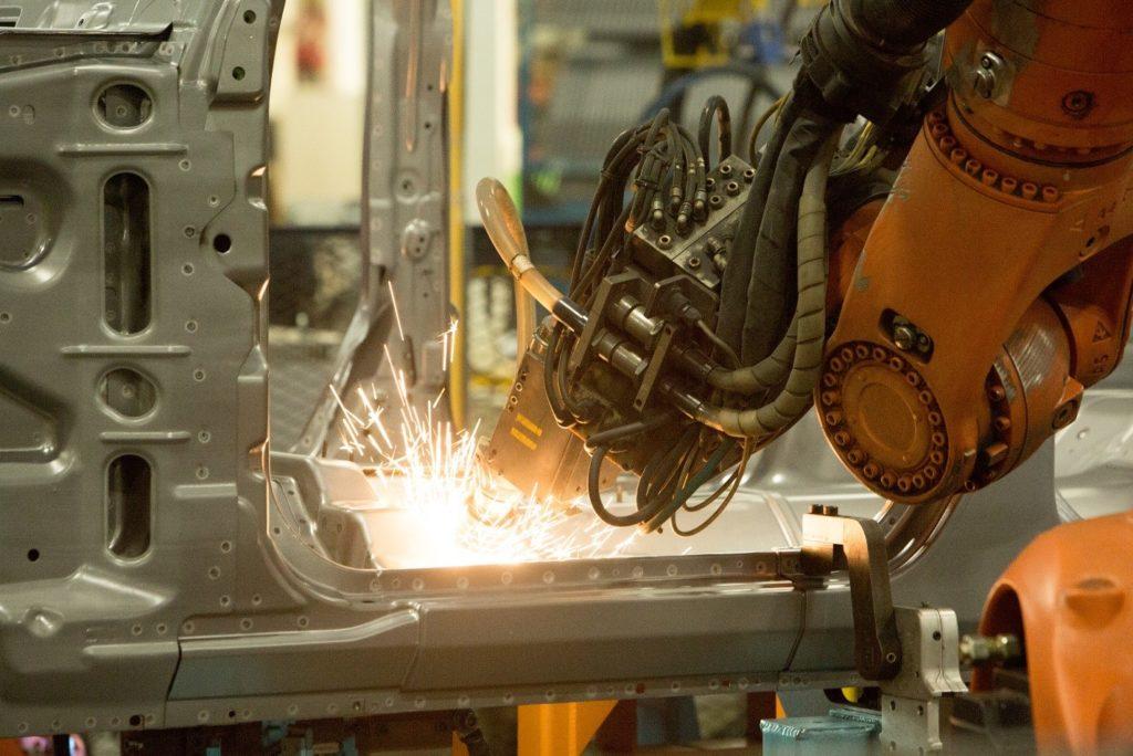 工場で火花を飛ばしながらモノづくりをする工具