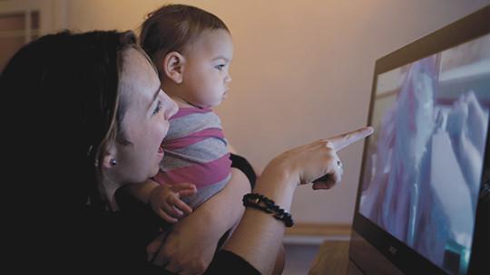 PC 화면을 바라보는 여성과 어린이, 무료로 Skype 받기