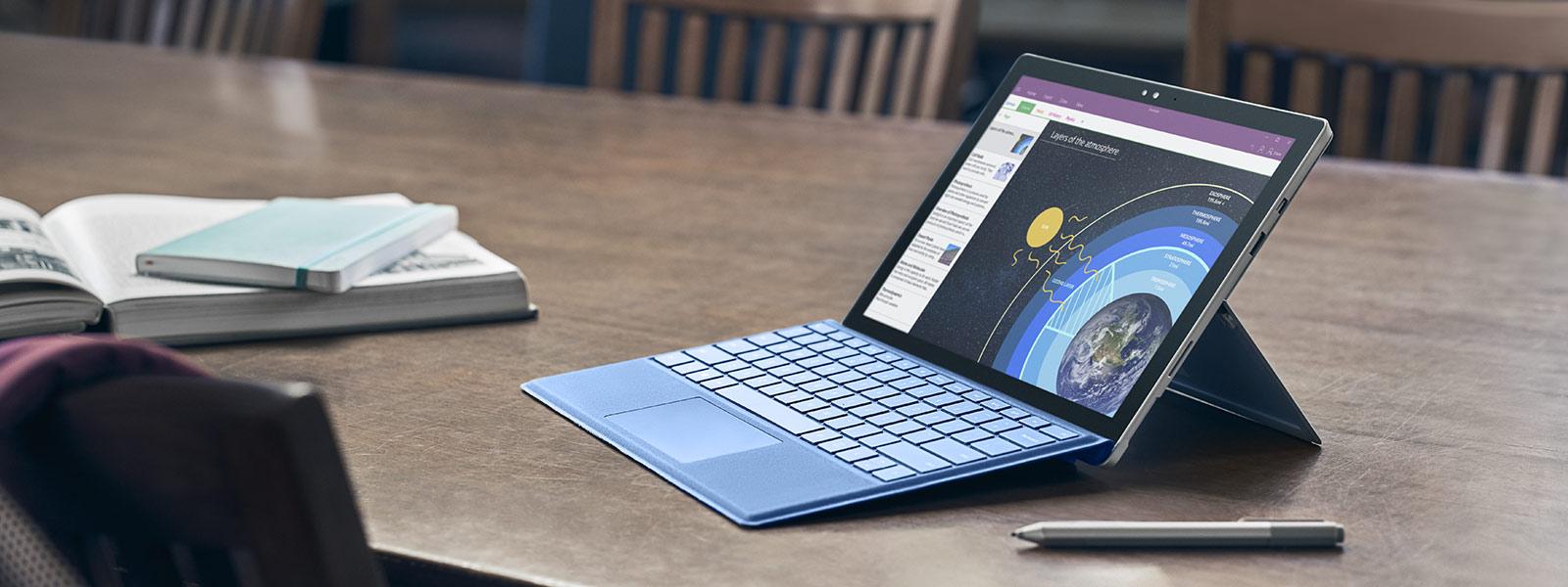 Surface 펜 및 마우스와 함께 Pro 4 모드 상태로 놓여 있는 Surface Pro 4.