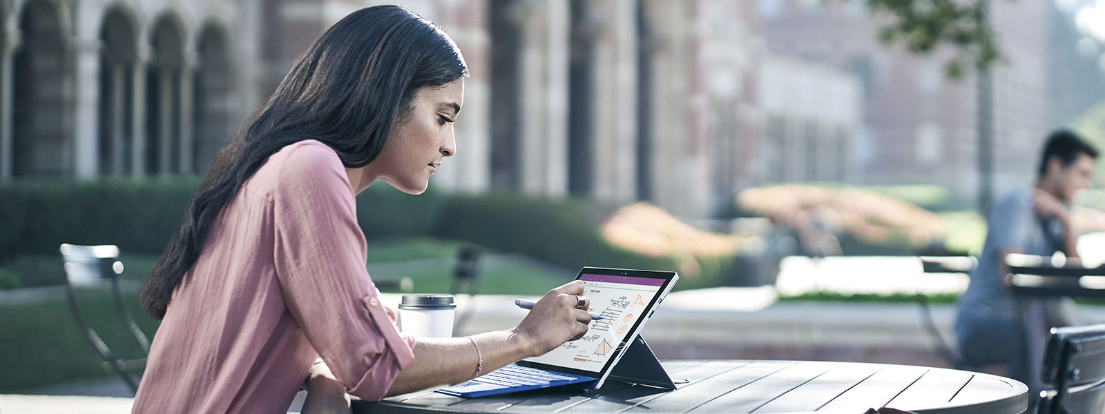 Surface 펜으로 Surface Studio 스크린 위에 그림을 그리면서 다른 손으로는 화면을 확대/축소하고 있는 여자