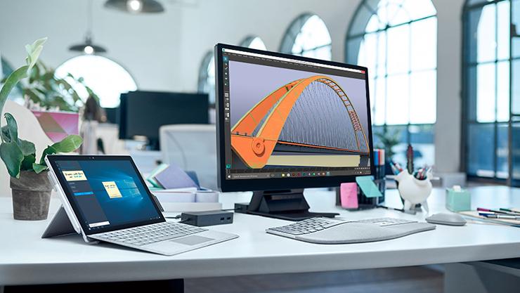 책상 위에 놓여진 Surface 장치와 액세서리