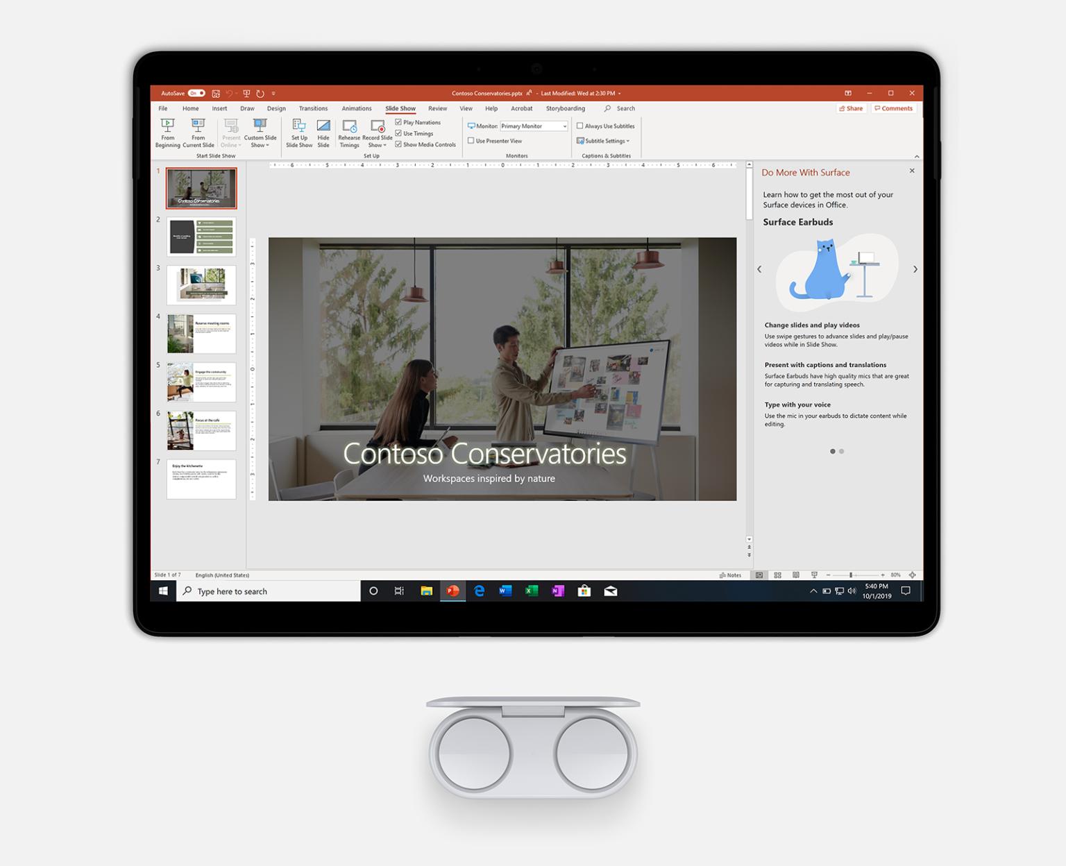 PowerPoint가 표시된 Surface Pro 7과 이어버드 이미지.