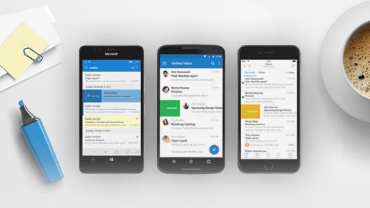 Lejupielādējiet tūlīt (attēlā: tālruņi, kā ekrānos ir atvērta programma Outlook)