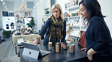 Twee zakenvrouwen samen aan het werk met Surface Pro.