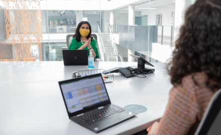 Image for: Bekijk livetranscripties in Microsoft Teams-vergaderingen, houd wijzigingen in Excel bij, en verhoog de veiligheid van hybride werken. Hier zie je de nieuwe functies in Microsoft 365