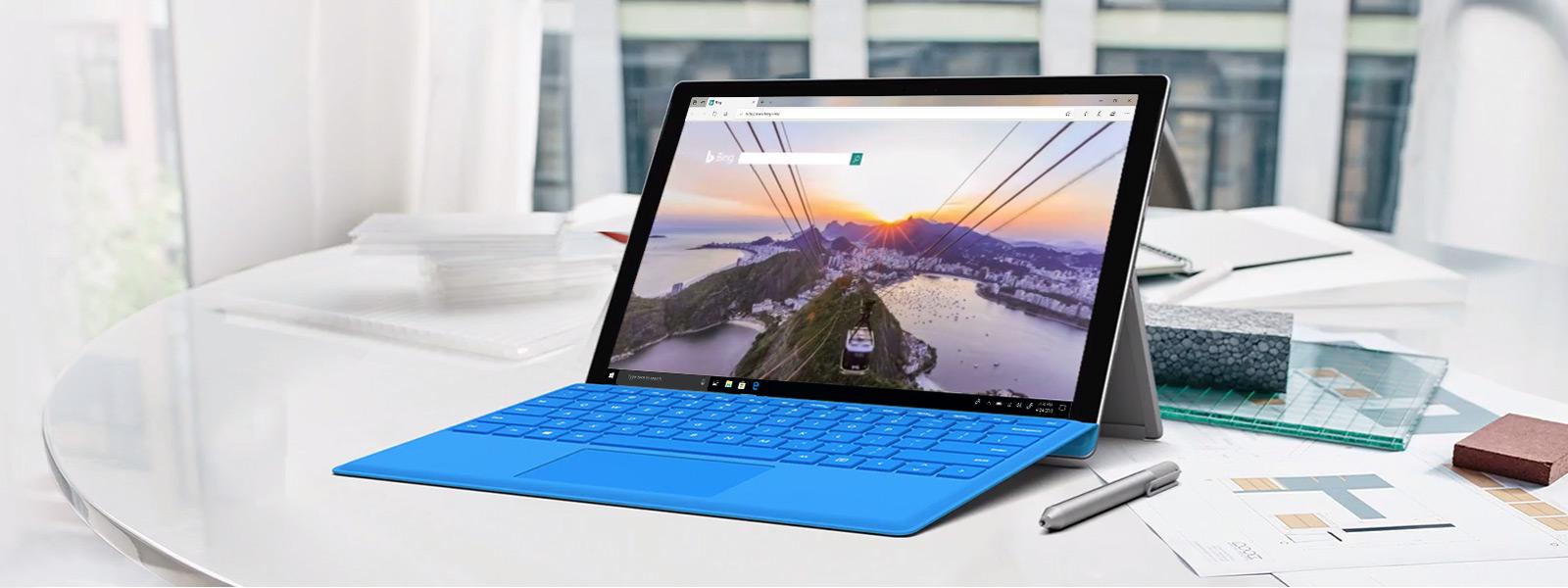Surface Pro-computer op een bureau waarop een video wordt afgespeeld in een Microsoft Edge-browser