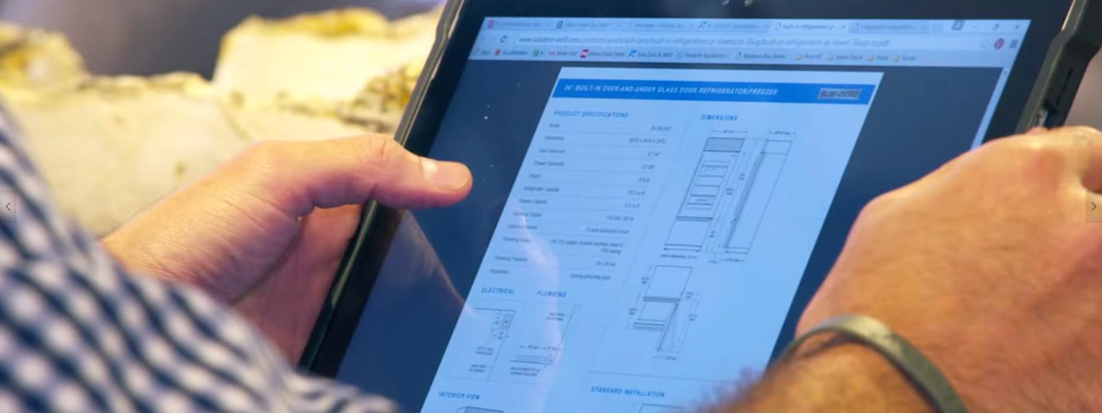 Man die voorraadgegevens bekijkt op zijn Surface-tablet