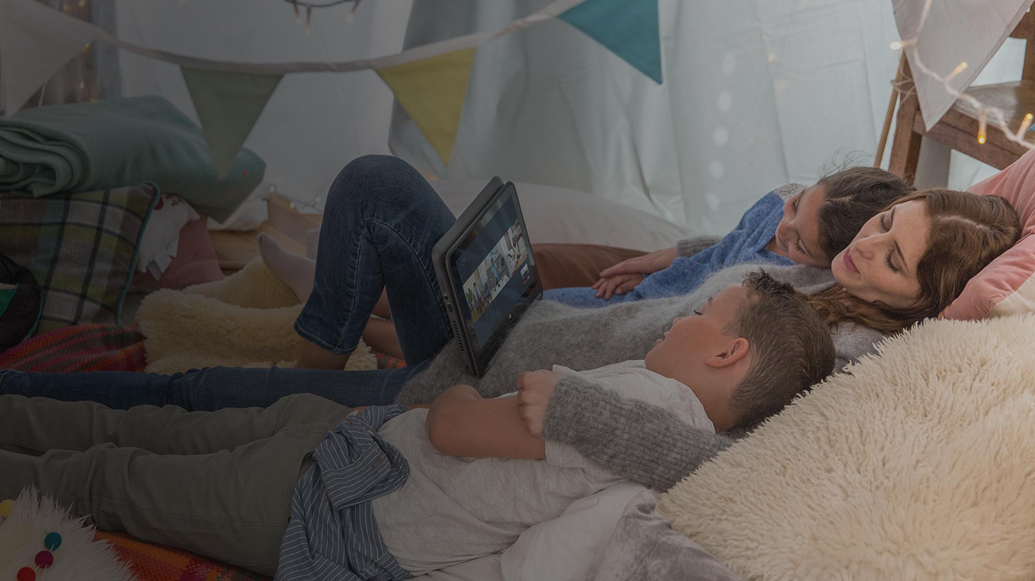 Egy társaság filmet néz egy PC-n