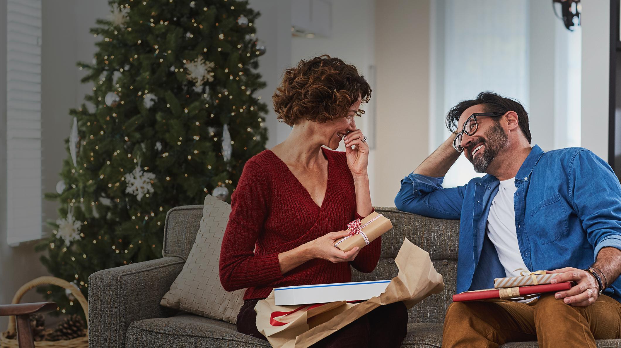 En man och en kvinna som håller i presenter