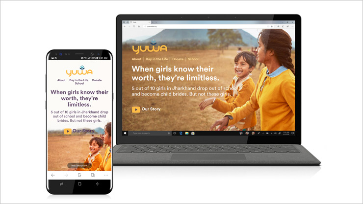 iPhone i komputer osobisty z tą samą stroną internetową na ekranach