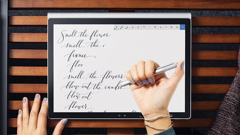 Zbliżenie kobiety korzystającej zWindows Ink na tablecie zsystemem Windows10.