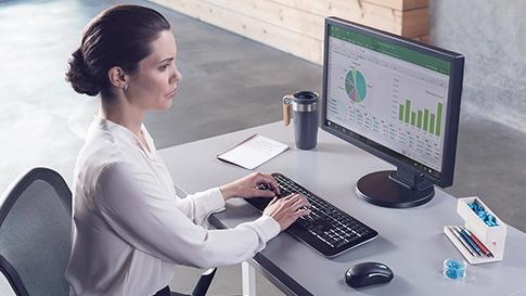 mulher olhando para gráficos em uma tela de computador