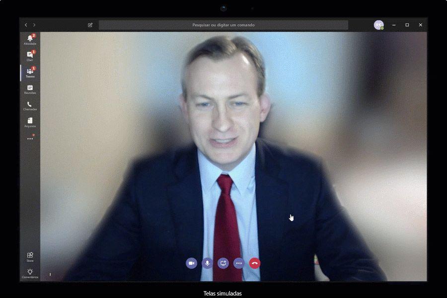 Imagem animada de um homem desfocando sua tela de fundo no Teams.