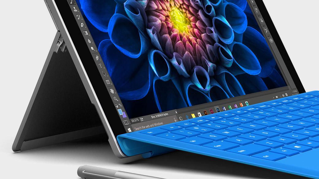 Portátil Surface Book aberto a mostrar o ecrã do Windows.