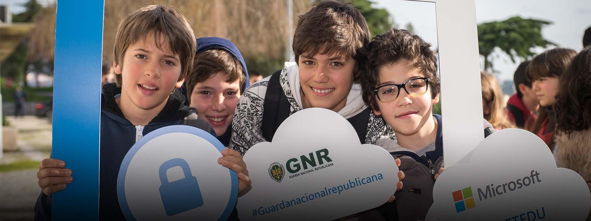 Crianças a segurar um placard, aprende mais sobre o dia da Internet mais Segura