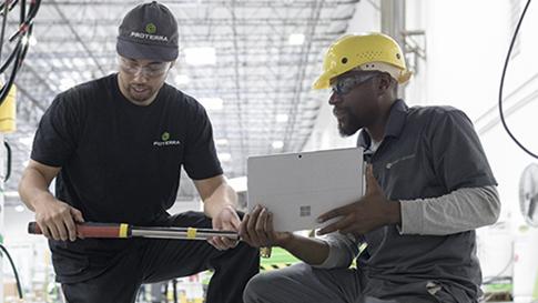 Två ingenjörer arbetar med en Surface Pro