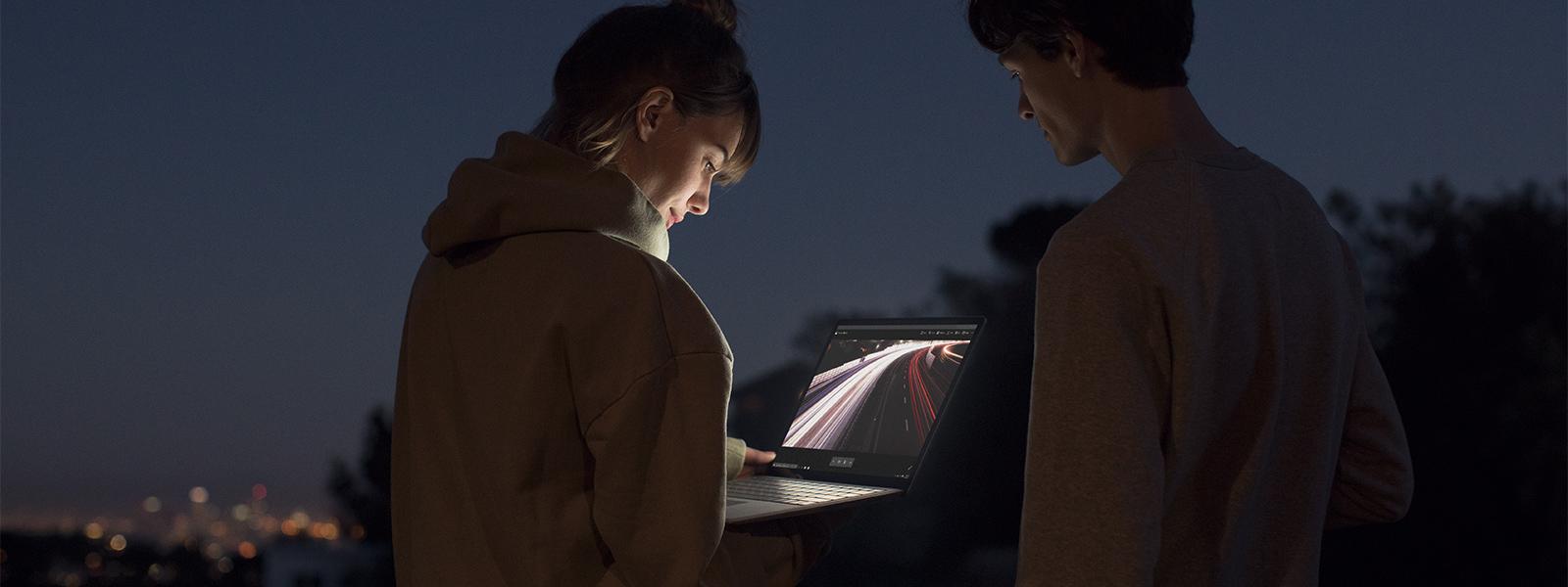 Man och kvinna som tittar på en PixelSense™-skärm på Surface