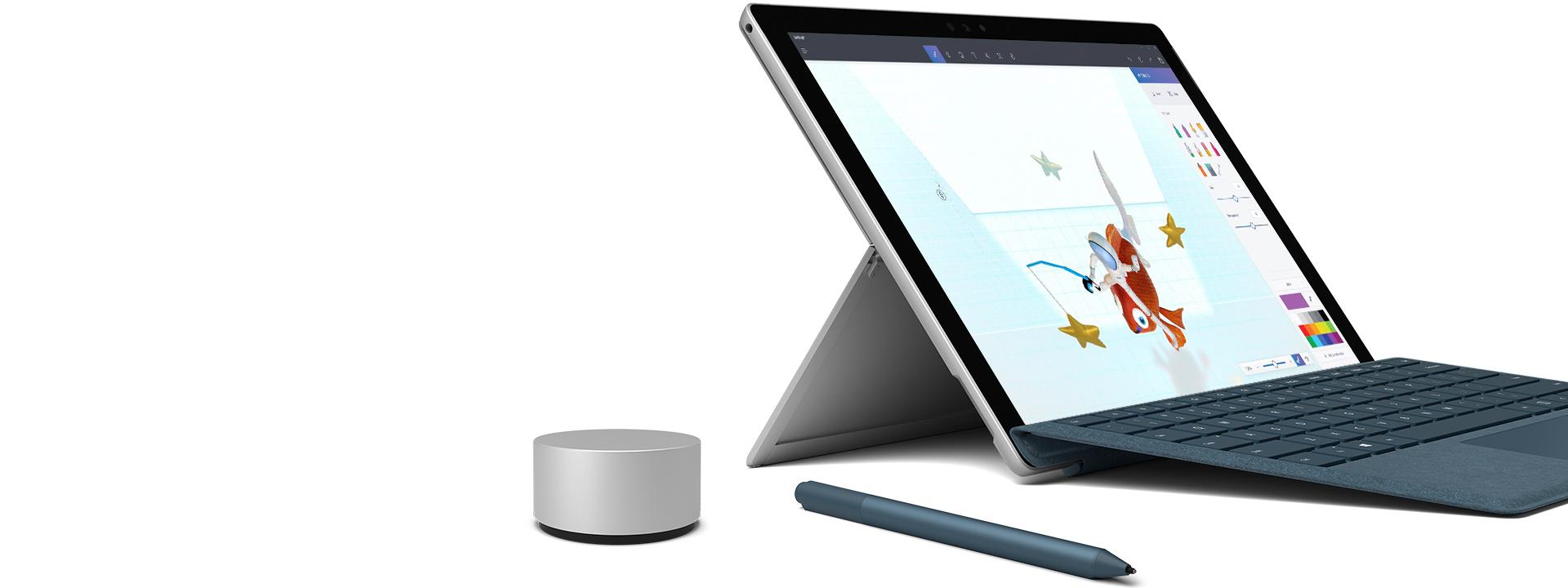 Surface Pro som bärbar dator-läge med Surface Dial, Surface-pennan och Type Cover.