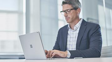 Man som arbetar på en Surface laptop
