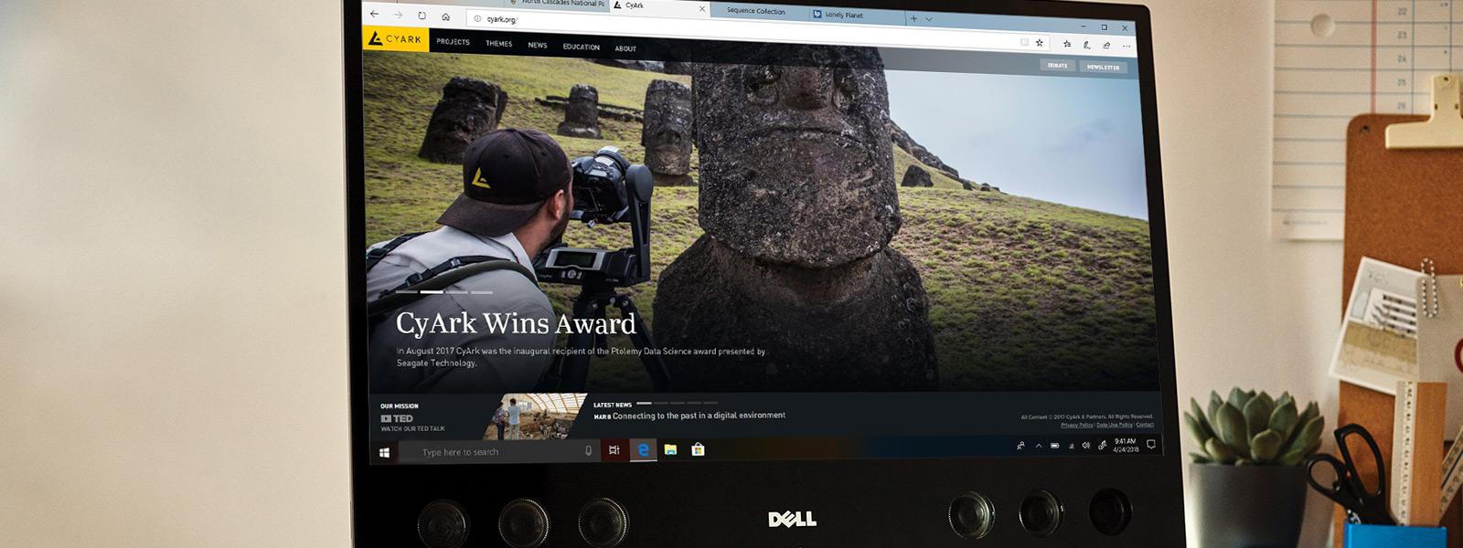 4K Ultra HD video görüntüleyen Microsoft Edge tarayıcısını gösteren masadaki bilgisayar monitörü
