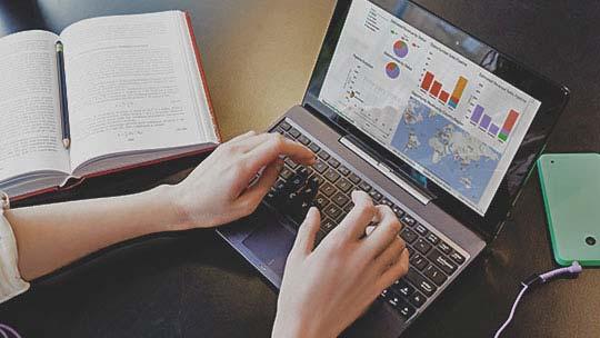 Відображена на екрані ноутбука програма CRM, ознайомтеся з перевагами Dynamics CRM