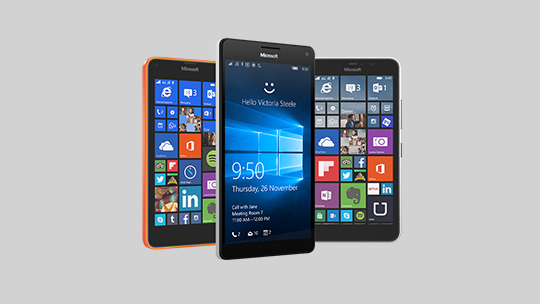 Mặt trước và sau của năm chiếc điện thoại Lumia