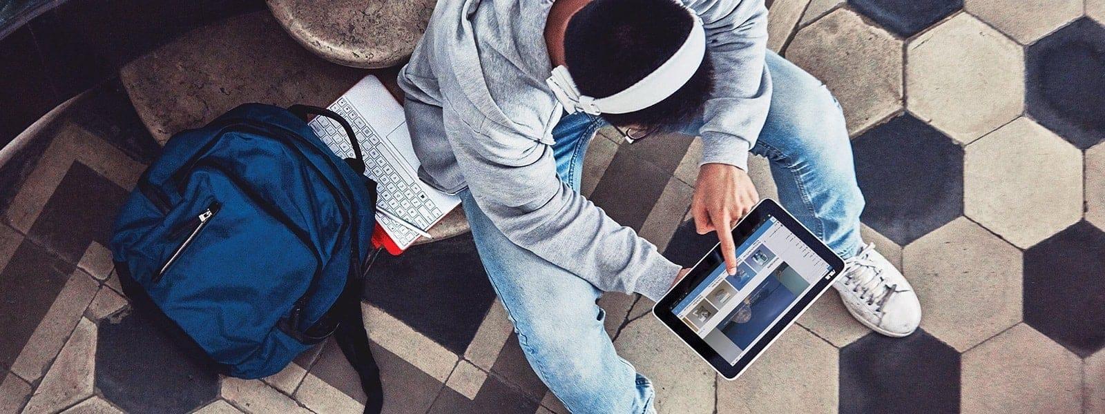 Sinh viên đang nhìn vào thiết bị chạy Windows 10
