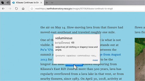 Microsoft Edge 浏览器显示关于 Kilauea 火山喷发的文字报道,离线词典上显示 voluminous 的定义