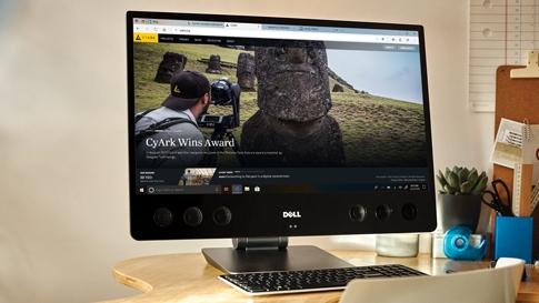 桌面上的电脑显示器,显示 Microsoft Edge 浏览器播放 4K Ultra HD 视频