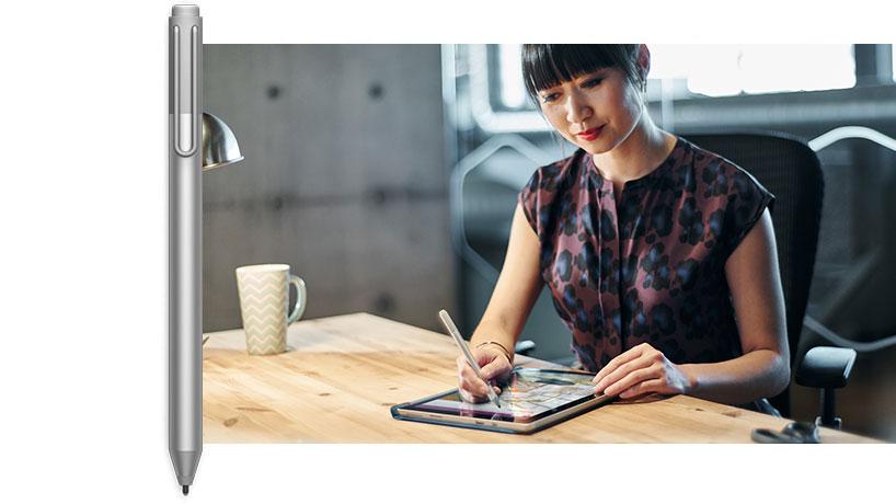 一位正在带触控笔的 Surface Pro 4 上绘图的男士的图像。