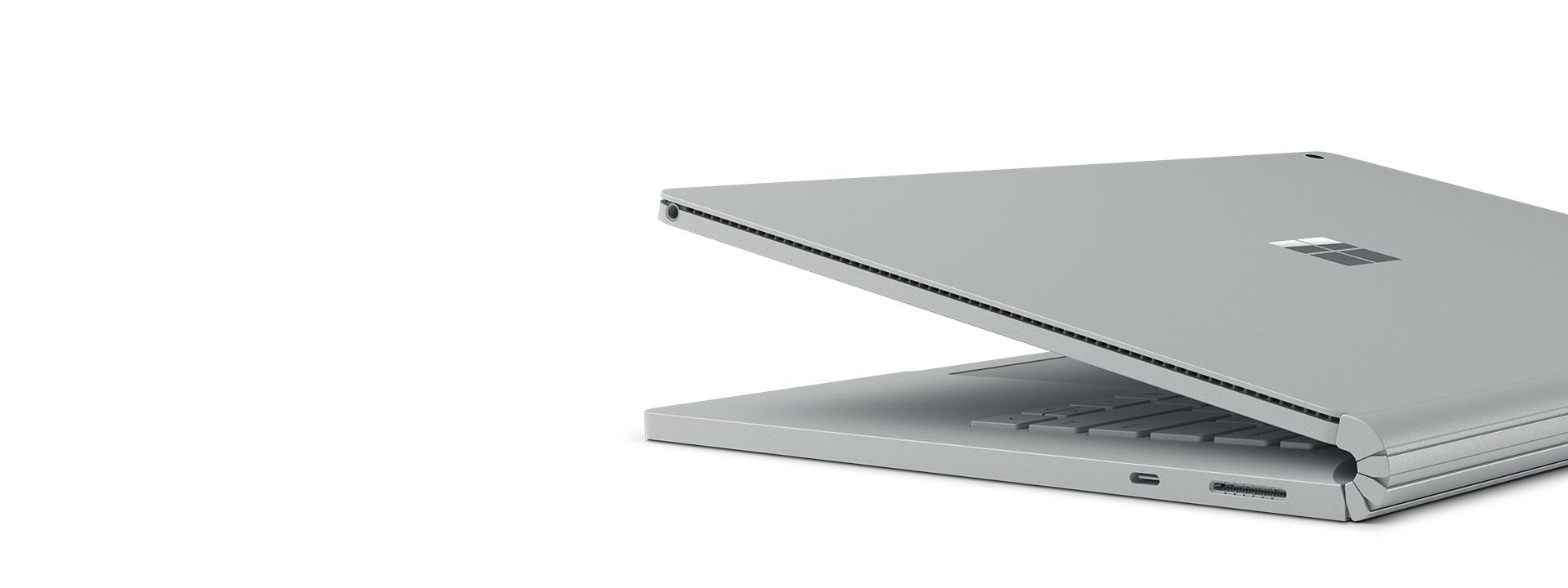 展示 USB-C 端口的 Surface Book 2