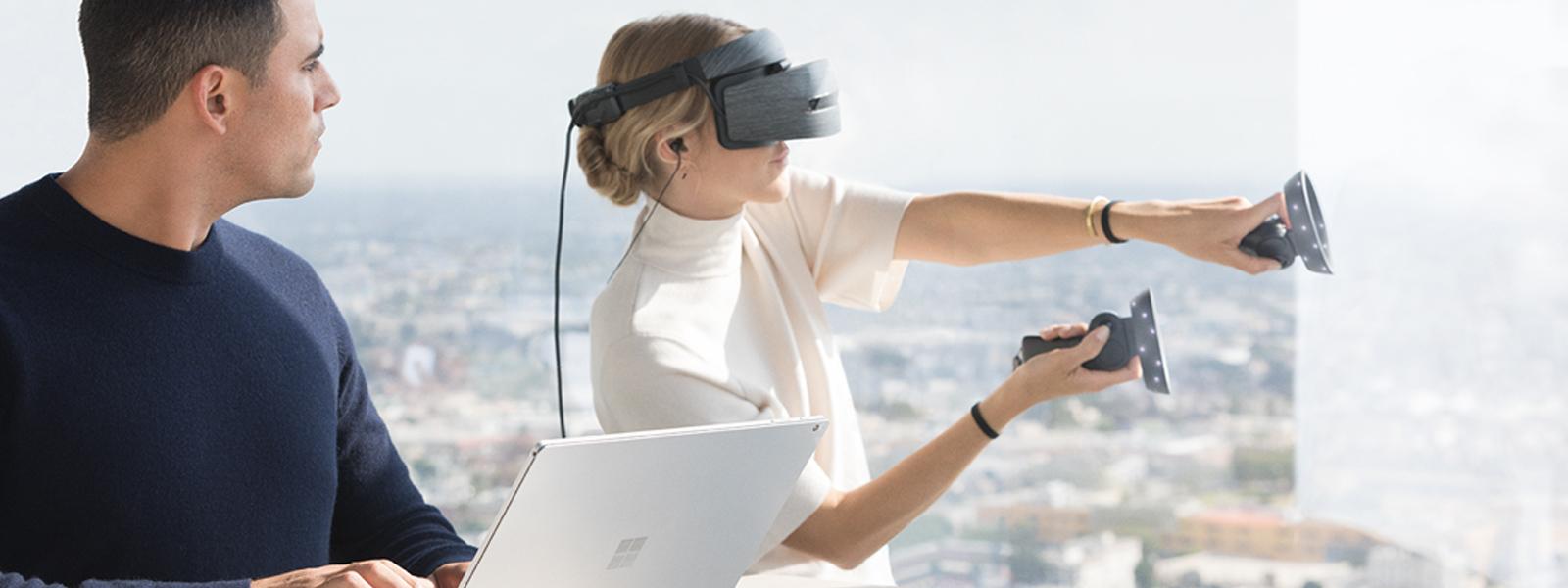 女人使用 Windows Mixed Reality 头戴显示设备和运动控制器