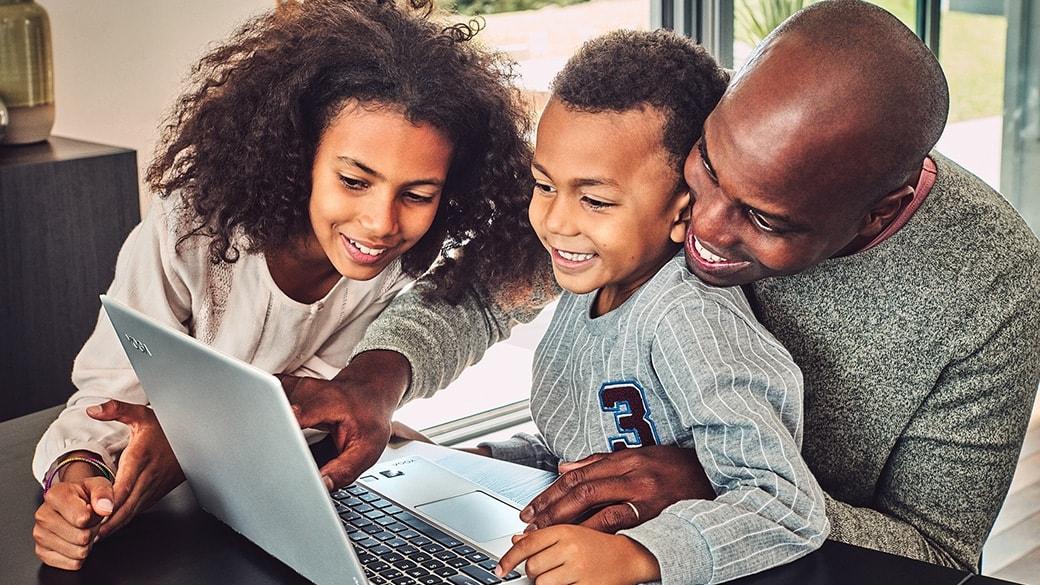 一家人正看着 Windows 10 设备