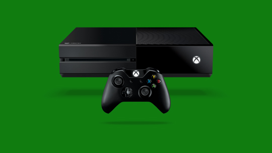 绿色背景中的 Xbox One 主机和控制器。