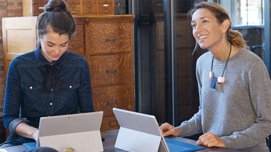 女士們正在使用 Surface 並參於網上研討會